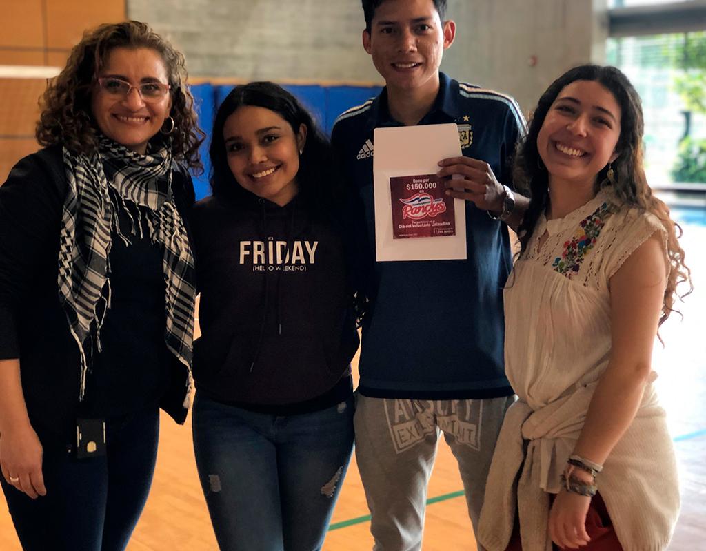 Foto en plano medio de grupo de voluntarios durante la celebración del Día del Voluntario Uniandino 2019.