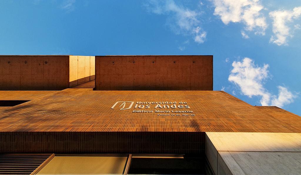 Foto de una fachada del campus de Los Andes