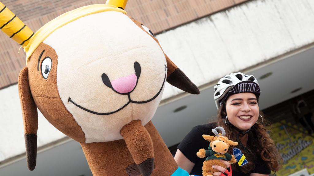Foto de la ganadora de la Michelle Tarazona junto a Séneca
