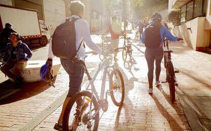 Foto de estudiantes en bicicleta