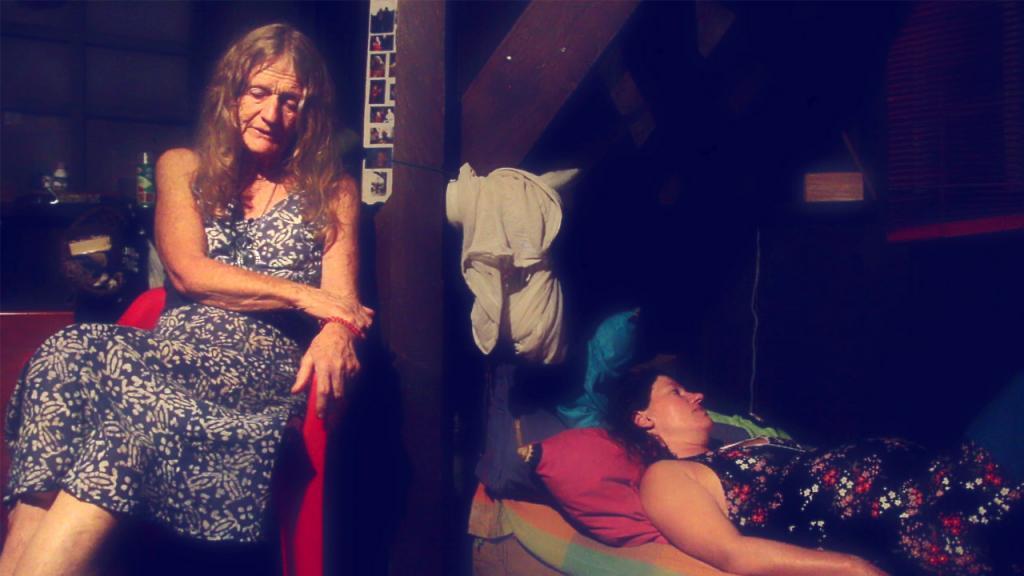 Foto documental Amazona. Dos mujeres, madre sentada e hija acostada.