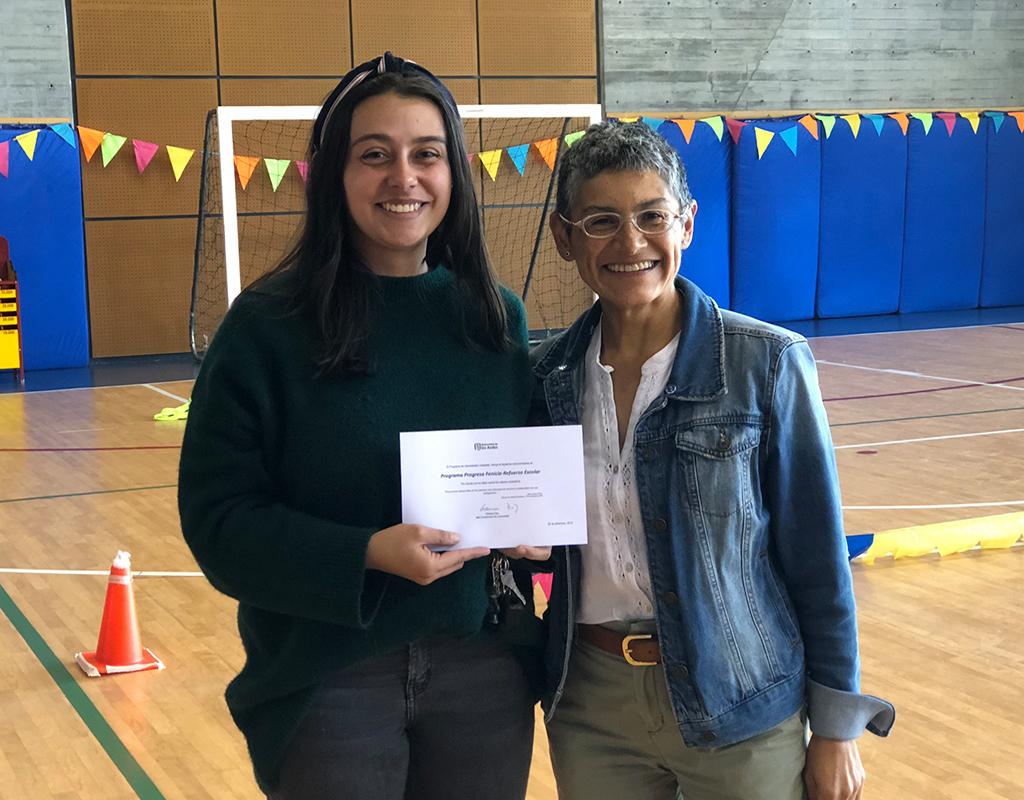 Foto plano medio de Camila Salazar (Mentores Fenicia) y Adriana Díaz (Jefe de Construcción de Comunidad) durante la celebración del Día del Voluntario Uniandino 2019.