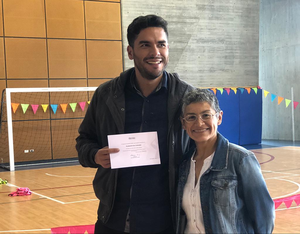Foto plano medio de Jaime Daza (Fundación ERES Colombia) y Adriana Díaz (Jefe de Construcción de Comunidad) durante la celebración del Día del Voluntario Uniandino 2019.