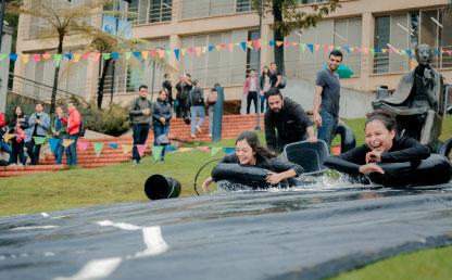 Niñas se lanzan sobre un neumático en una pista de jabón