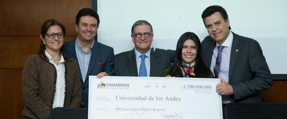Pablo Navas, rector de la Universidad de los Andes recibió un aporte de $1.200 millones de pesos para el programa Quiero Estudiar por parte de Uniandinos, la Asociación de Egresados de la Universidad.