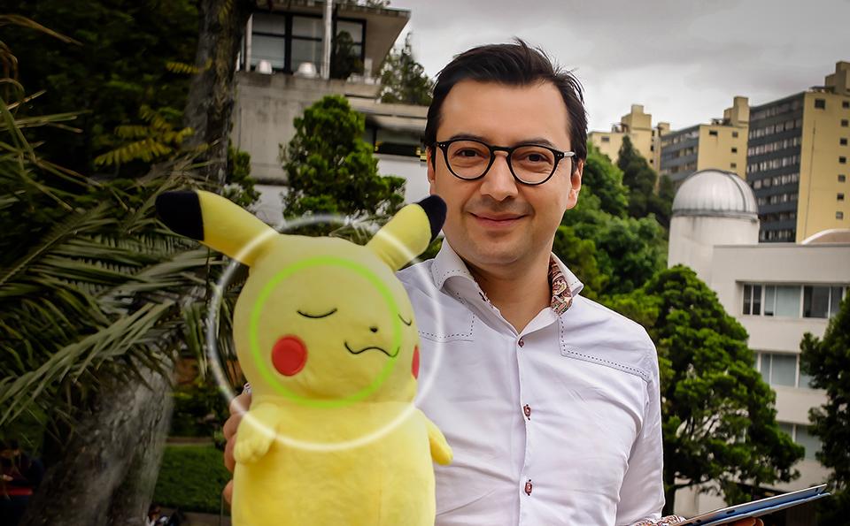 Andrés Burbano sostiene con su mano derecha un muñeco de pikachu
