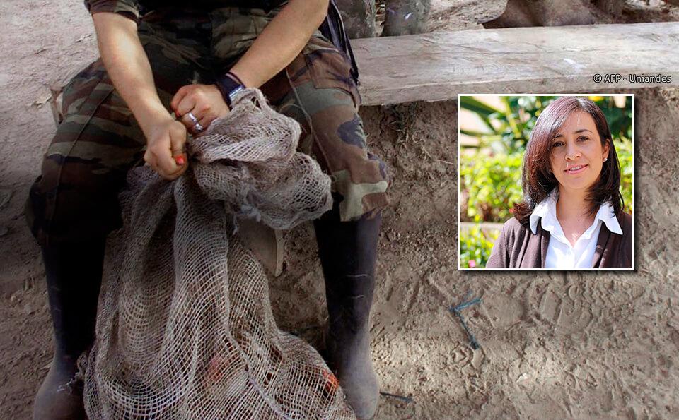 Foto de un cuerpo de persona desmovilizada, no se ve del torso para arriba. Al lado derecho de la foto hay otra imagen metida, de una mujer