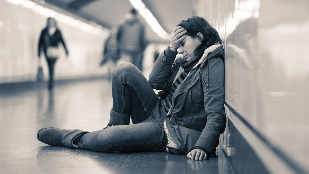 Mujer sentada deprimida
