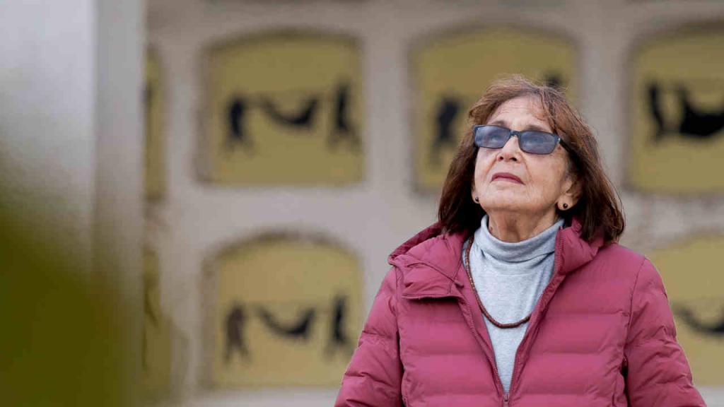 Retrato de la artista Beatriz González, frente a su obra Auras Anónimas.