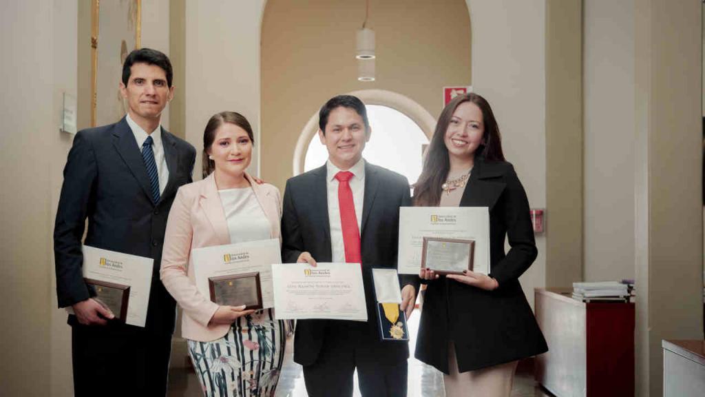 Imagen de los estudiantes de maestría que recibieron la beca Vega Lara.