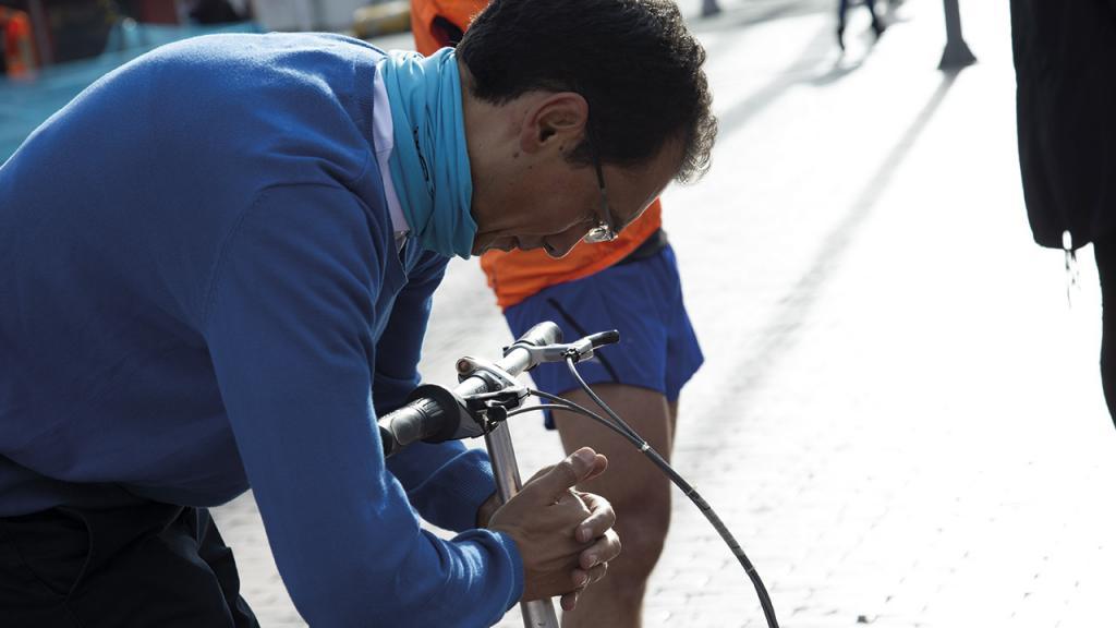 Un participante ajustando la bicicleta en el punto de salida.