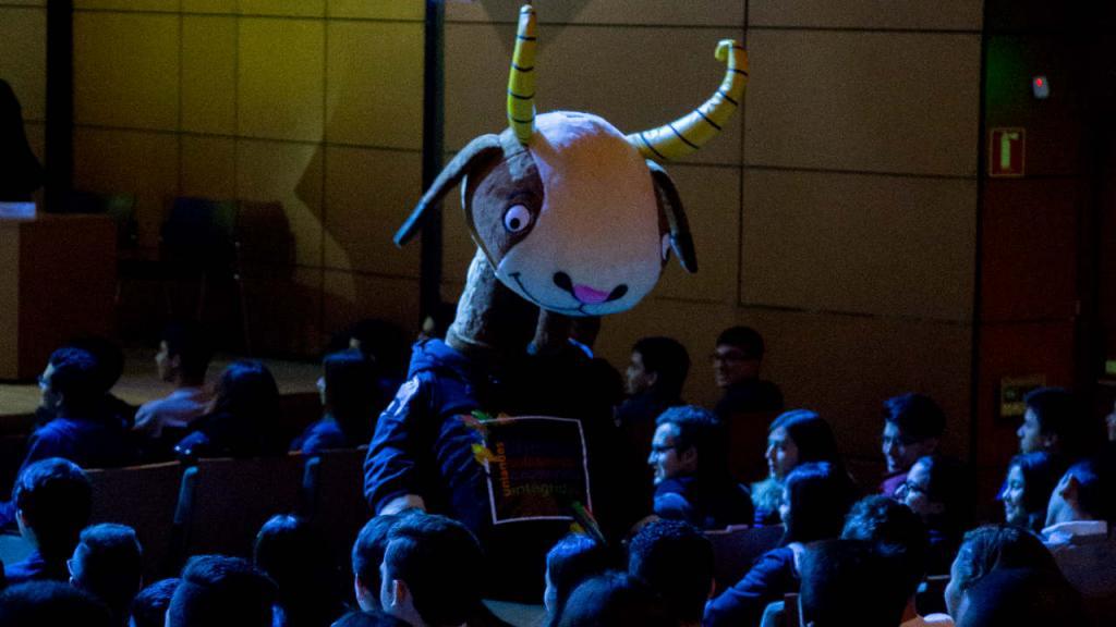 La mascota de Los Andes, la cabra Séneca, en el auditorio Mario Laserna, con los estudiantes.