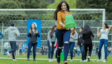 Estudiantes de Los Andes corriendo en la cancha de fútbol del Centro Deportivo de la Universidad.