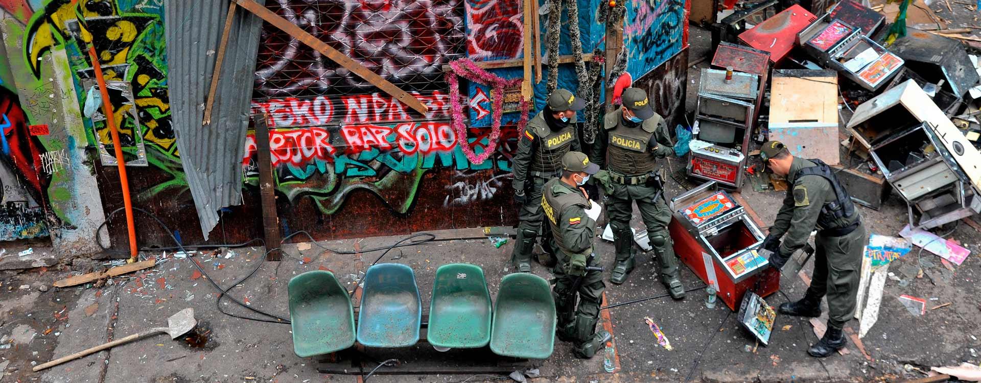 Policías en medio del desorden que dejó la intervención en el Bronx, centro de Bogotá.