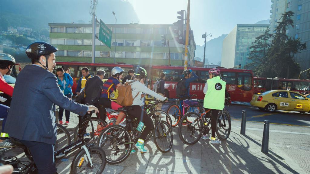 Caravana de estudiantes de la Universidad de los Andes montados en bicicleta.