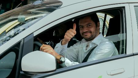 El vicerrector de Desarrollo y Egresados de la Universidad de los Andes, Eduardo Behrentz, conduciendo un automovil
