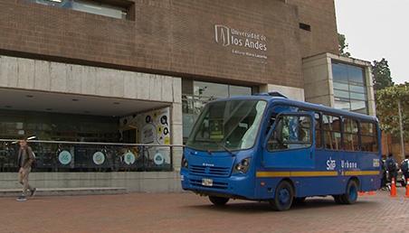 Bus del SITP frente al edificio Mario Laserna en la Semana de la Movilidad