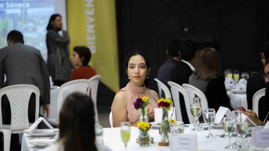 Una de las estudiantes de Los Andes durante la cena de gala.