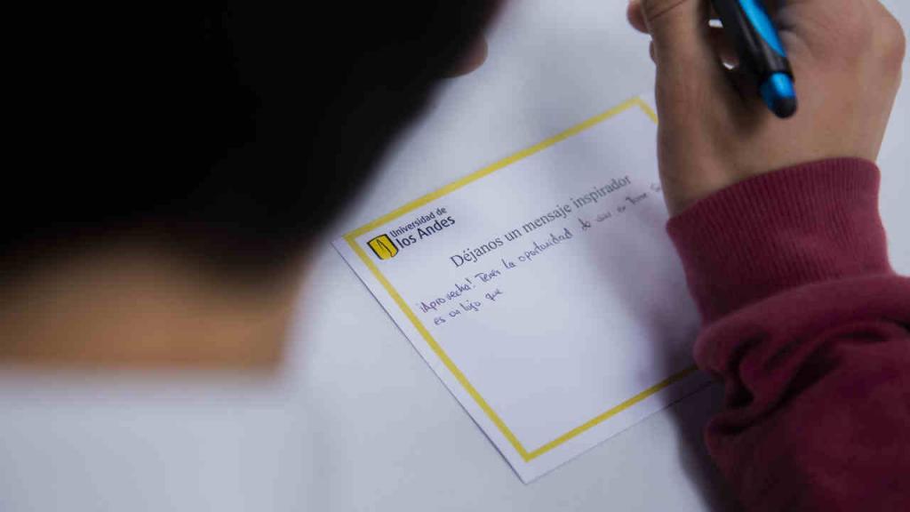 Imagen de un mensaje positivo que un estudiante escribe en una tarjeta.