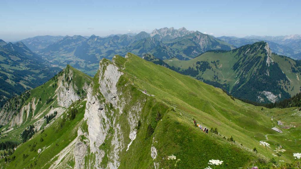 Paisaje de una montaña con personas recorriéndola.