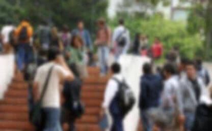 Imagen difusa de estudiantes caminando por el Campus Uniandes