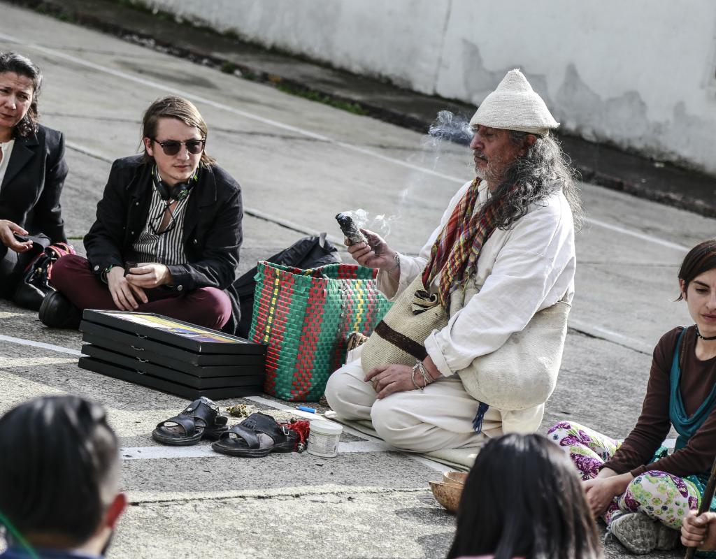 Estudiantes de Uniandes con Dwe Wiby PaleLuz, integrante del grupo la Caravana del Hielo.