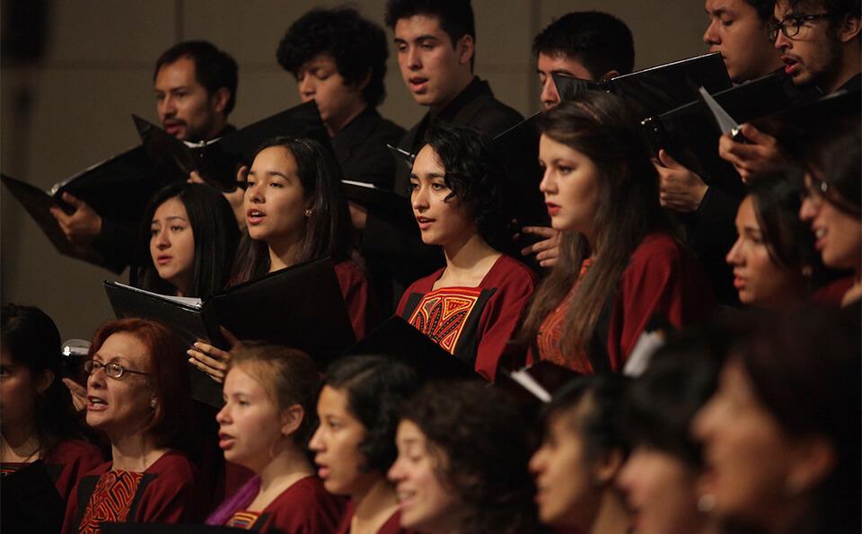 un coro interpreta un himno