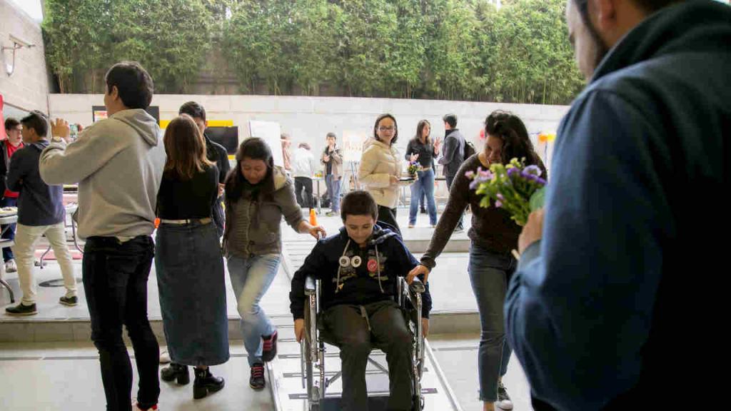 Un adolescente usa una silla de ruedas en las instalaciones de Los Andes.