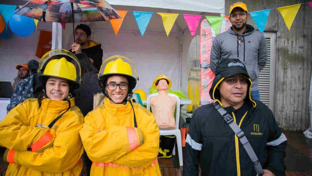 Personas especializadas en primeros auxilios posan para una foto.