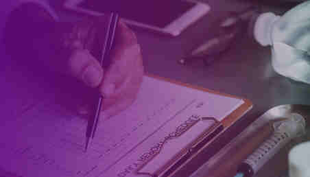 Imagen de una personas rellenando un formulario que tienen que ver con tratamientos de salud.