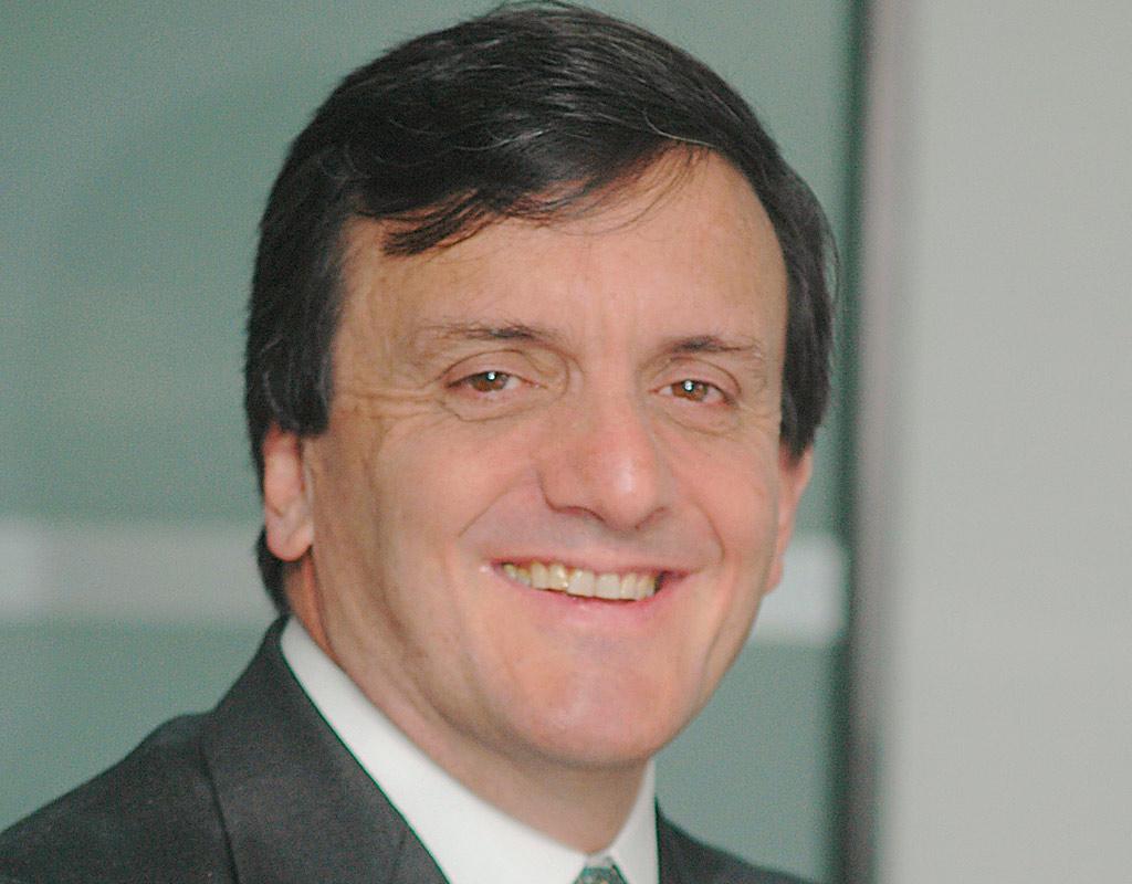 Rostro en primer plano de Eduardo Pizano de Narváez, nuevo director de la Escuela de Gobierno de Los Andes.