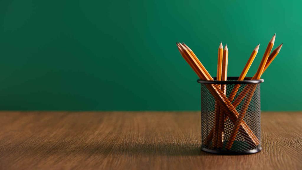 Imagen de lápices con el fondo de un tablero de escuela.