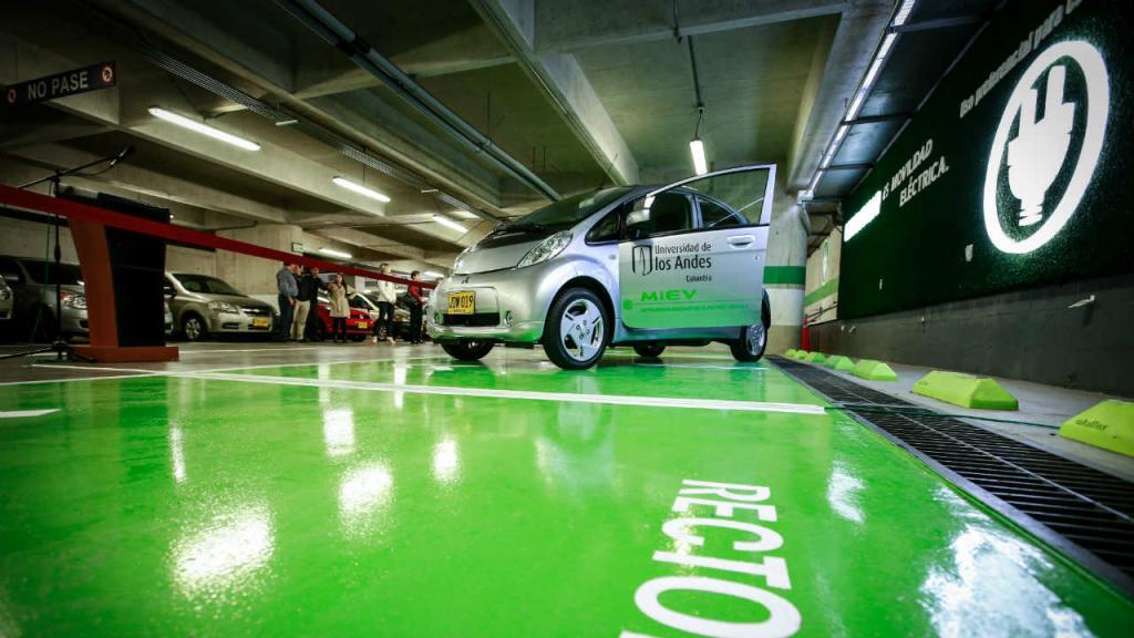 Entrega carro Mitsubishi a Universidad de los Andes
