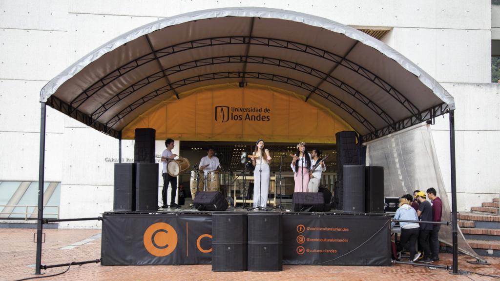 Banda Chonta Brava en el escenario de la Plazoleta Lleras.