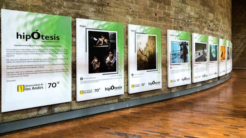 Imagen de un pasillo de la exposición en el Edificio Lleras