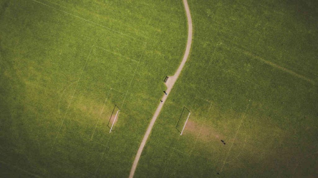 Un campo de fútbol visto desde arriba.