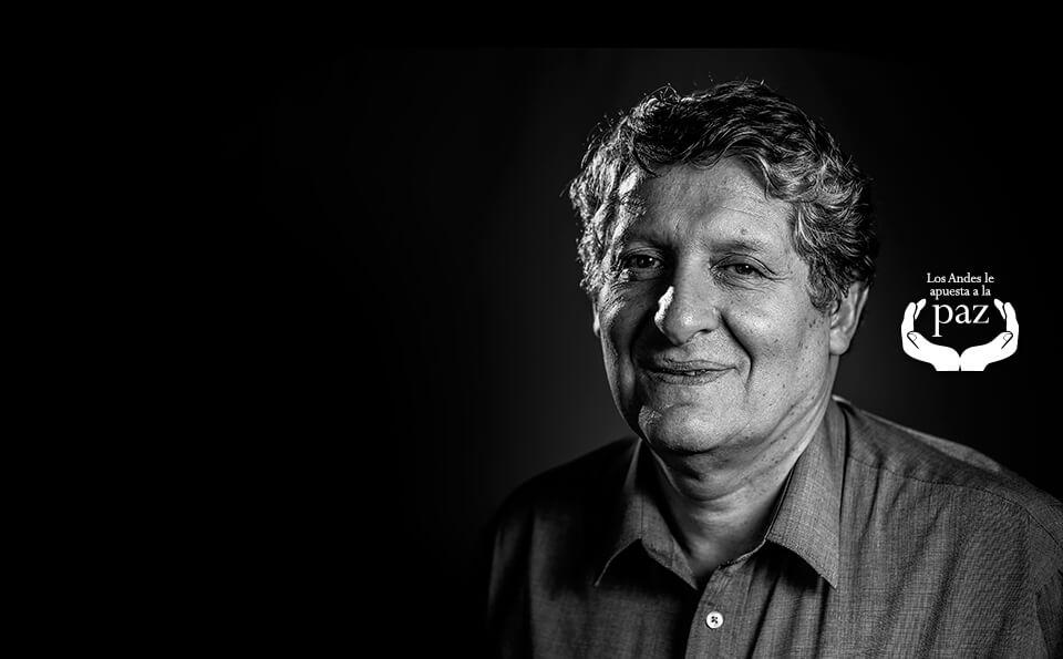 foto en blanco y negro de un hombre mayor