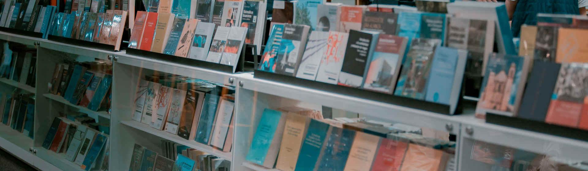 Una estantería llena de libros que se consiguen en la editorial uniandina