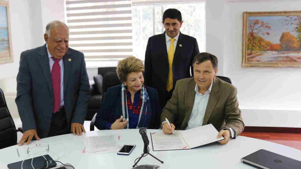 Firman el convenio de cooperación la presidenta de la CRC, Judith Carvajal, el director del CEO Carlos Montenegro.