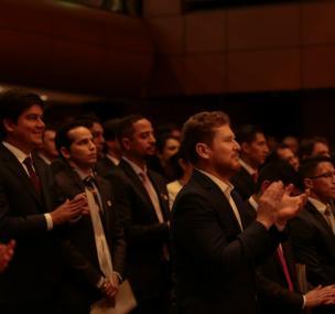Graduandos aplauden durante ceremonia de grados posgrado