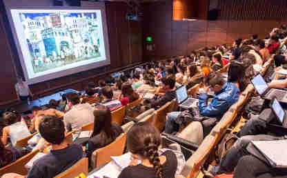 Un grupo de estudiantes en un auditorio de la Universidad de los Andes.