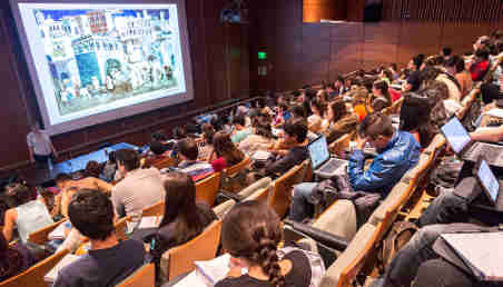 Un grupo de estudiantes en un auditorio.