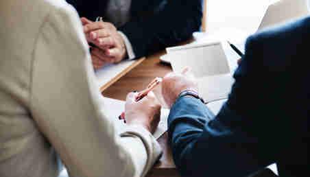 Un grupo de personas en una reunión de negocios.