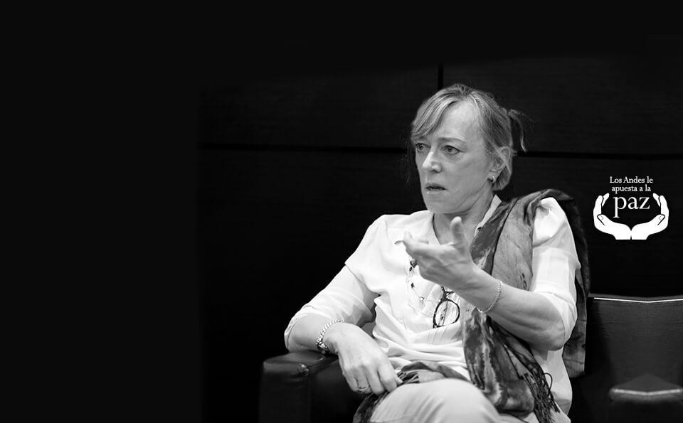 Foto en blanco y negro de mujer sentada dando conferencia