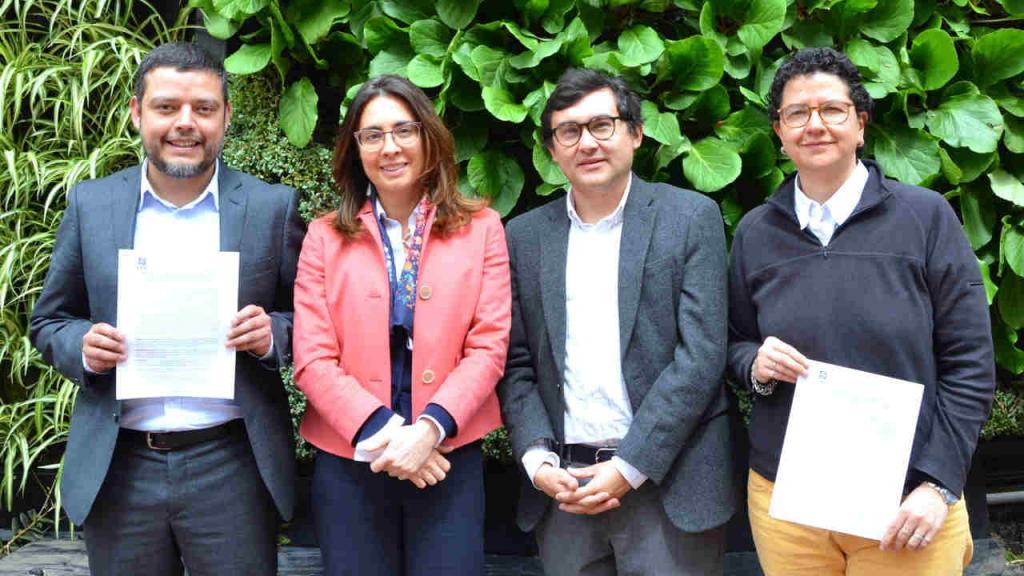 Foto de directivos de la Facultad de Derecho y la Universidad de los Andes.
