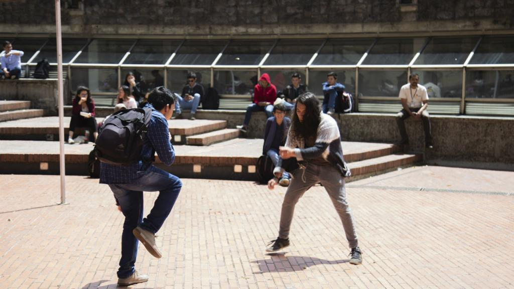 Dos estudiantes bailando la música de La Vodkanera