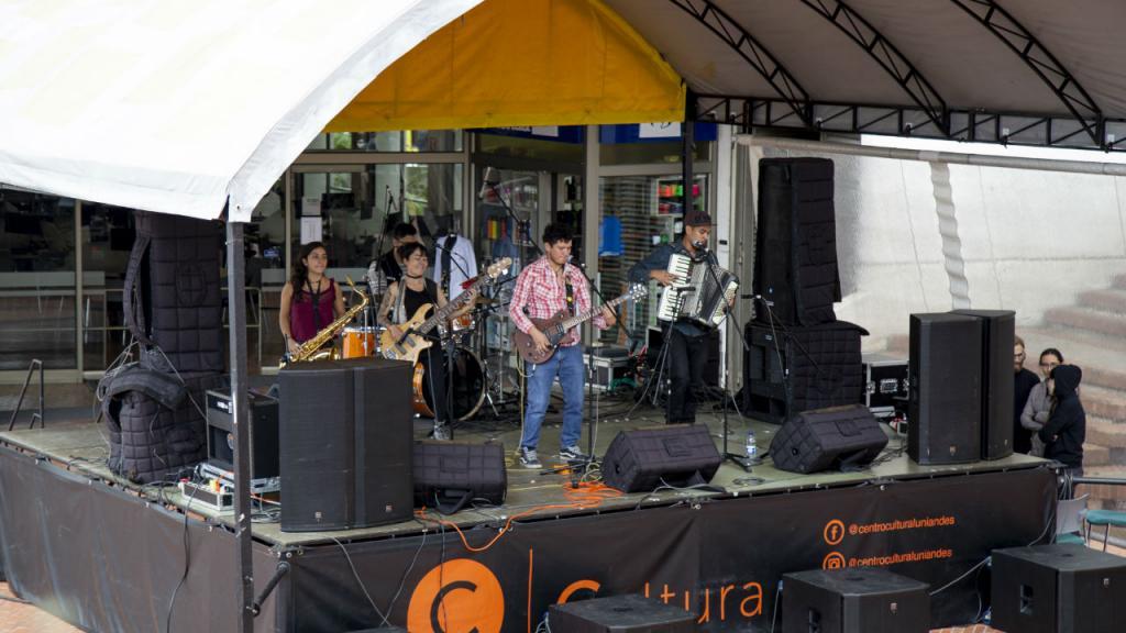 La banda en el escenario de la Plazoleta Lleras
