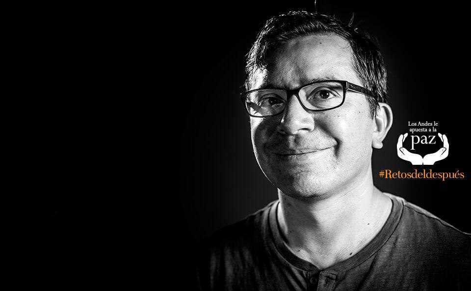 imagen en blanco y negro de hombre sonriendo con fondo negro