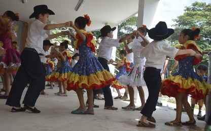 Niños realizan bailes típicos de los Llanos colombianos.