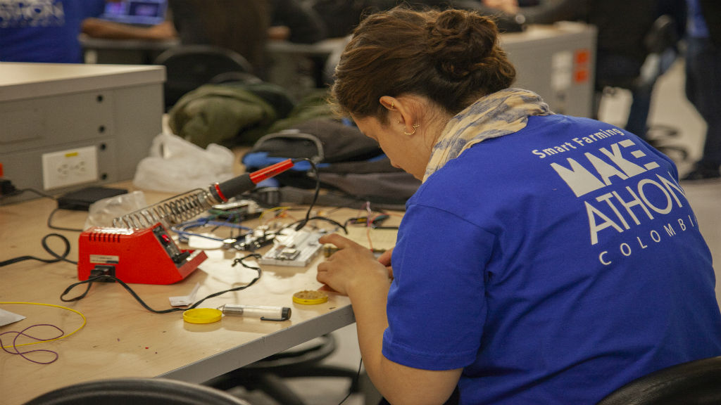 Una mujer trabaja en un prototipo para la Makeathon.